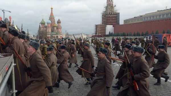 Soldiers, wearing WW II Soviet military uniform, during a rehearsal of the march to celebrate the legendary military parade in Red Square on November 7, 1941. - Sputnik International