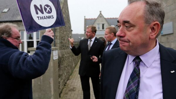 Scotland's First Minister Alex Salmond, looks on at a No campaigner sign during a walkabout in Ellon, Scotland - Sputnik International
