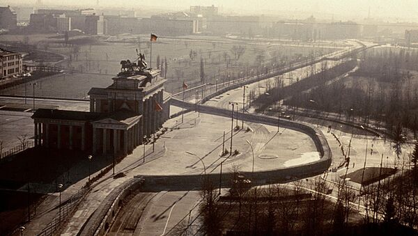 Newly released Polish diplomatic cables from  25 years ago show that Poland too sought to avoid the unification of Germany. Photo: Brandenburg Gate, Berlin, 1962. - Sputnik International