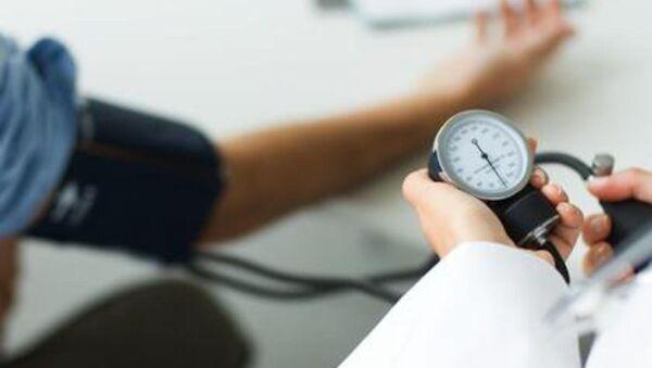 Doctor measuring patient's blood pressure - Sputnik International