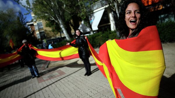Spanish unionists shout slogans and hold a Spanish flag during a protest in Madrid against the symbolic independence vote in Catalonia - Sputnik International