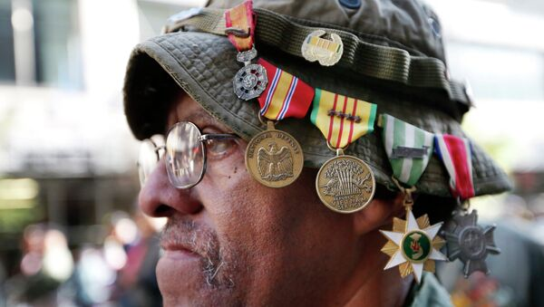 Vietnam veteran Laurence Lynch of Mount Vernon, NY, wears his medals on his hat as he marches with other Vietnam veterans during the annual Veterans Day parade in New York, Tuesday, Nov. 11, 2014 - Sputnik International