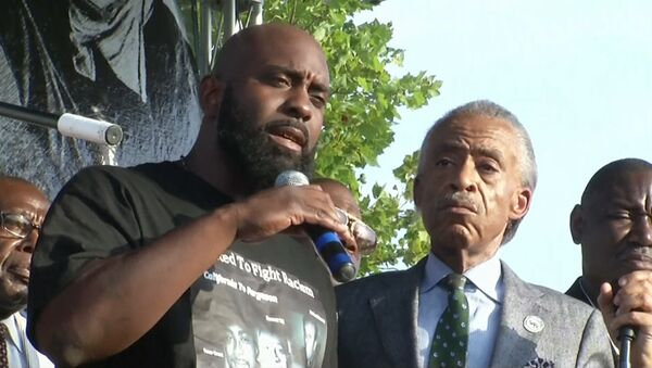 """The father of an unarmed black teenager, who was shot by a police officer earlier this month, told protesters that he wanted """"peace"""" - Sputnik International"""