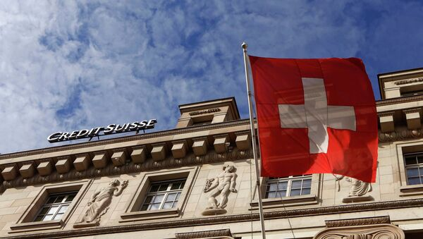 A national flag of Switzerland flies in front of a branch office of Swiss bank Credit Suisse in Luzern October 30, 2014 - Sputnik International