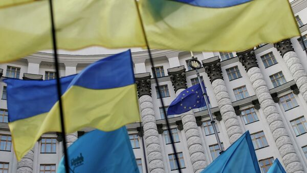 Ukrainian national flags, flags of Ukrainian trade unions and EU flag are seen during a mass rally in front of the Ukrainian cabinet of ministers building in Kiev October 15, 2014. - Sputnik International