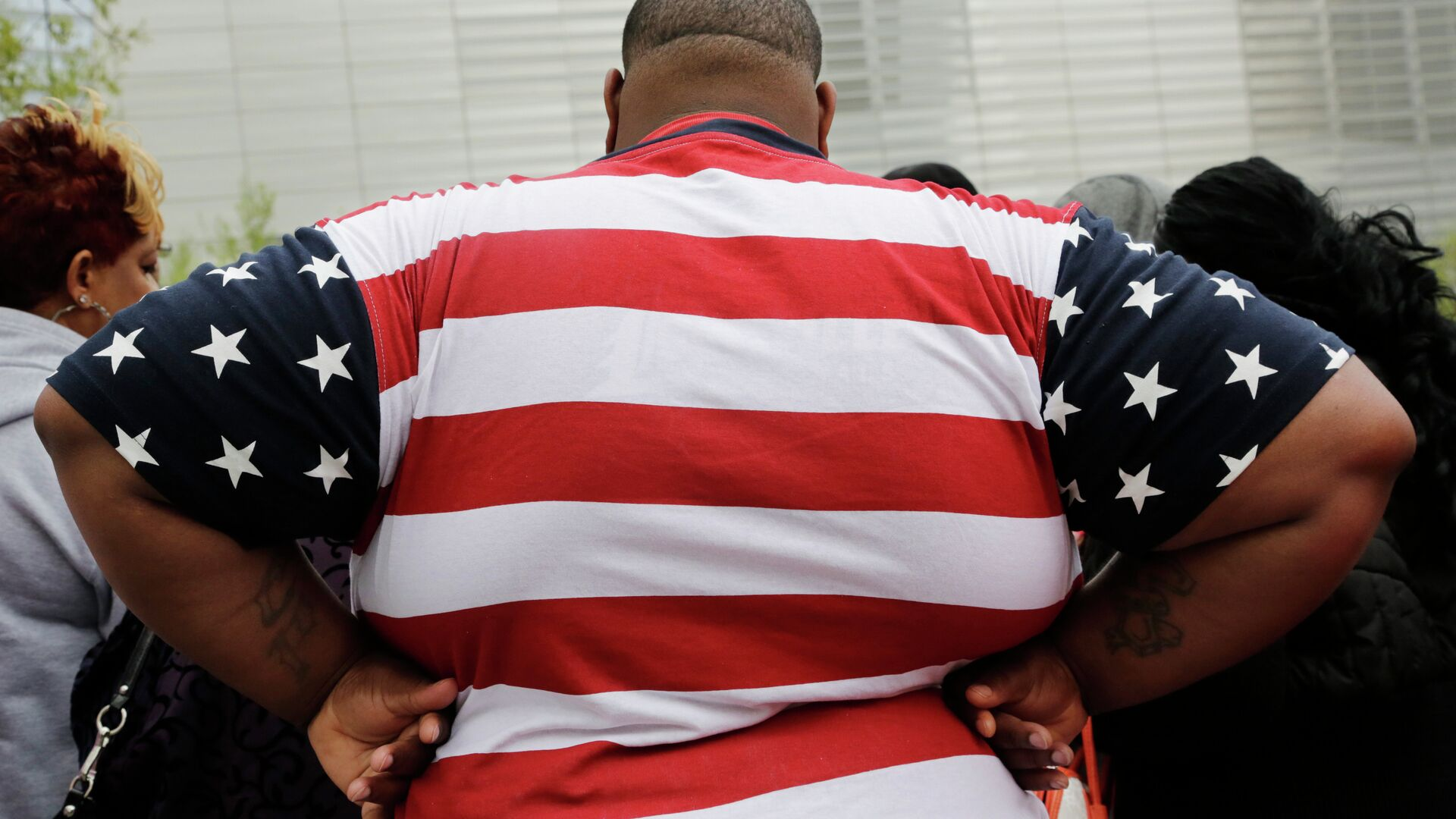 Overweight man wears a shirt patterned after the American flag - Sputnik International, 1920, 15.09.2021