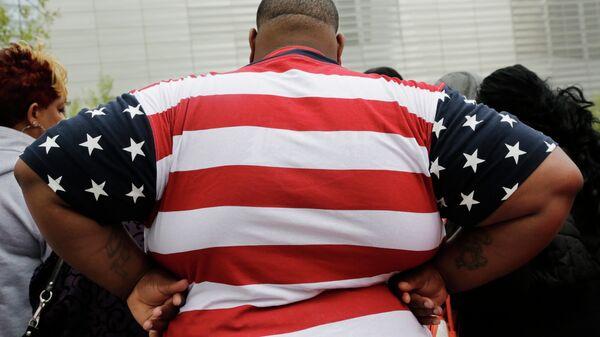 Overweight man wears a shirt patterned after the American flag - Sputnik International