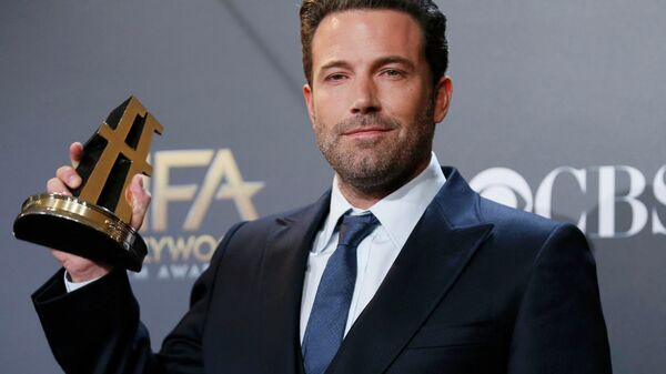 Actor Ben Affleck poses backstage with the Hollywood film award, which he accepted on behalf of the creators, for Gone Girl during the Hollywood Film Awards in Hollywood, California - Sputnik International