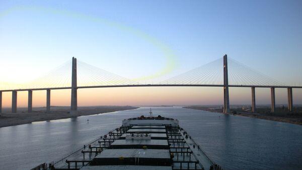 Capesize bulk carrier, approaches the Suez Canal Bridge - Sputnik International