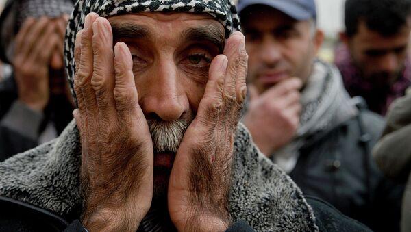 Kurds pray during a religious service - Sputnik International