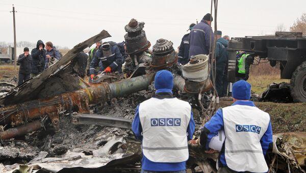 Dutch experts begin collecting debris from MH17 crash site in eastern Ukraine - Sputnik International