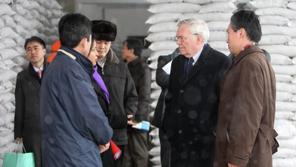 Former UN political chief B. Lynn Pascoe tours a food processing factory called The Pyongyang Children Foodstuff Factory where the World Food Program produces flour in Pyongyang - Sputnik International