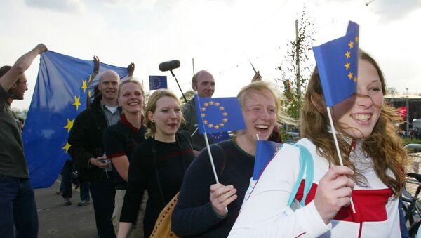Youth from various European countries carry EU flags - Sputnik International