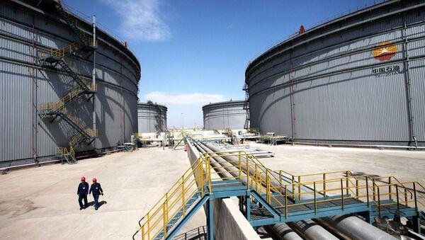 Chinese inspectors patrol past oil tanks at the Dagang commercial oil reserve base - Sputnik International