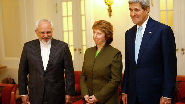 US Secretary of State John Kerry (R), Iranian Foreign Minister Javad Zarif (L) and EU envoy Catherine Ashton pose for photographers before a meeting in Vienna November 20, 2014 - Sputnik International