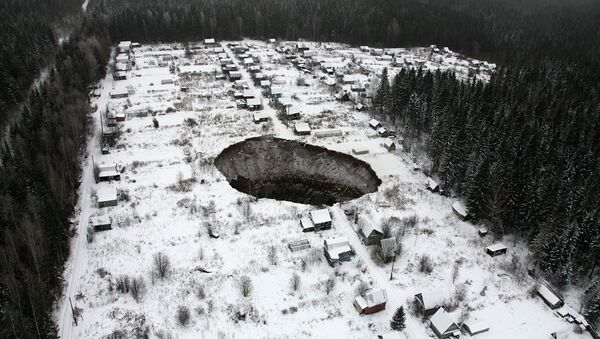 An aerial view shows a sinkhole 3.5 km (2 miles) to the east of Solikamsk-2 mine in Perm region, November 20, 2014 - Sputnik International