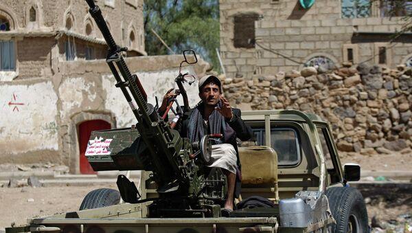 A Houthi Shiite rebel mans a machine gun mounted on a military truck in Sanaa, Yemen, Monday, Oct. 20, 2014 - Sputnik International