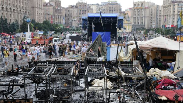Kiev residents and municipal workers clear barricades on Independence Square (Maidan) - Sputnik International