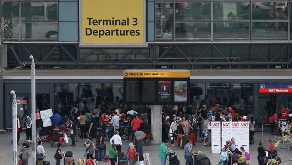 Passengers queue outside Terminal 3 at Heathrow Airport in London - Sputnik International