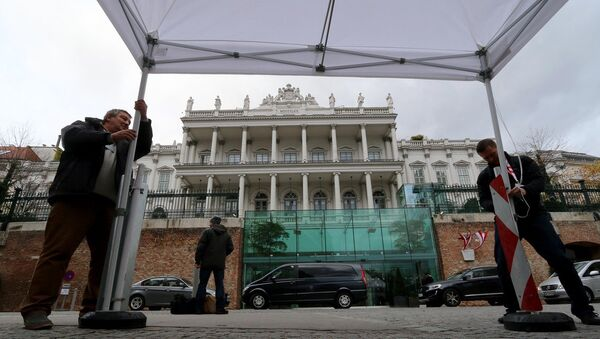 Journalists fix a tent in front of Palais Coburg where closed-door nuclear talks with Iran take place in Vienna, Austria, Wednesday, Nov. 19, 2014 - Sputnik International