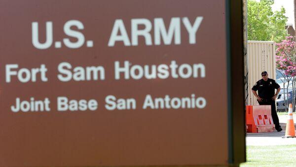 A guard stands at a gate to Fort Sam Houston - Sputnik International