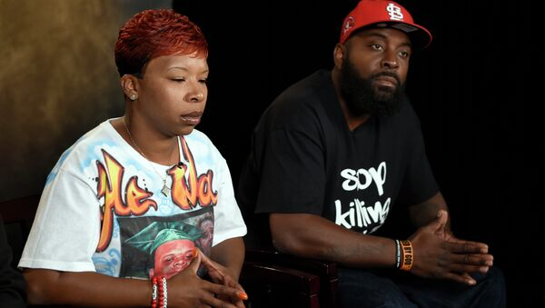 The parents of Michael Brown, Lesley McSpadden, left, and Michael Brown, Sr., right, take part in an interview with The Associated Press - Sputnik International
