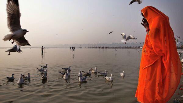 The Hindu prays on the bank of Ganges in Allahabad, India - Sputnik International