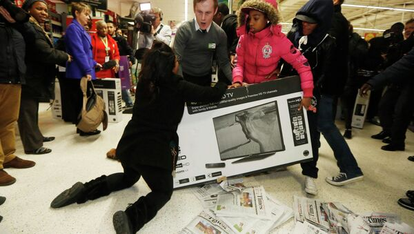 Shoppers wrestle over a TV as they compete to purchase retail items on Black Friday at an Asda superstore in Wembley, north London November 28, 2014 - Sputnik International
