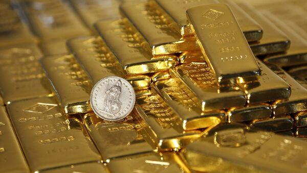 Gold bars and a Swiss Franc coin - Sputnik International