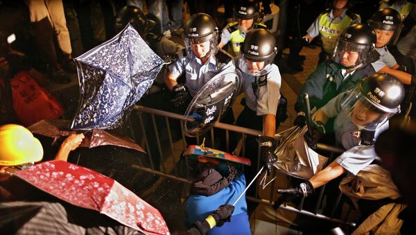 Policemen clash with pro-democracy protesters during a rally close to the chief executive office in Hong Kong, November 30, 2014 - Sputnik International