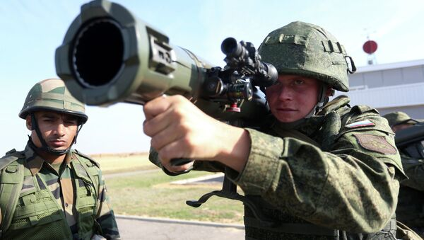 Russian and Indian soldiers during the joint anti-terrorist Russian-Indian drills, Indra-2014 - Sputnik International
