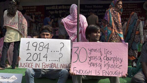 Bhopal gas tragedy survivors hold placards during a protest in New Delhi, India, Monday, Nov. 10, 2014 - Sputnik International