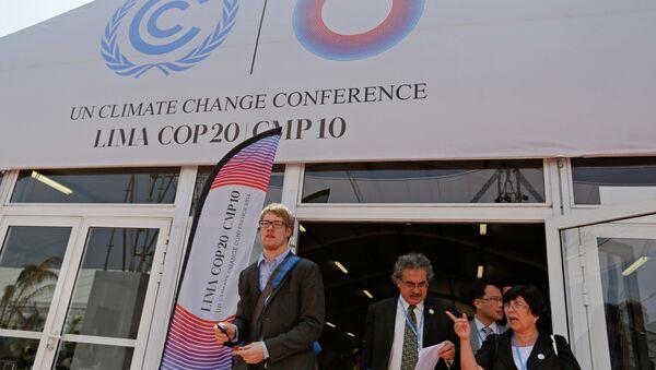 People attend the UN Climate Change Conference COP 20 in Lima December 2, 2014 - Sputnik International