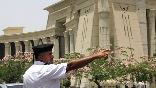 An Egyptian traffic policeman manages the traffic in front of the Supreme Constitutional Court in Cairo, Egypt - Sputnik International