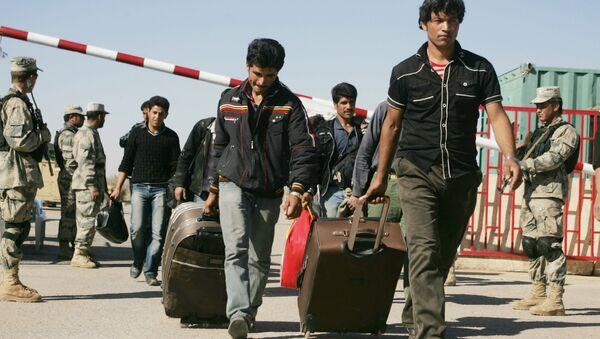 Afghan refugees enter Afghan territory after leaving Iran at the Islam Qala border crossing in Kohsan, Herat, west of Kabul, Afghanistan, Sunday, Nov.11, 2012 - Sputnik International