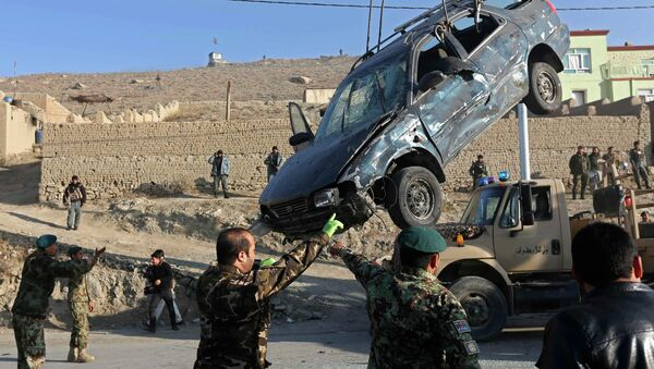 The wreckage of a car is removed from the site of a suicide attack in Kabul December 11, 2014 - Sputnik International
