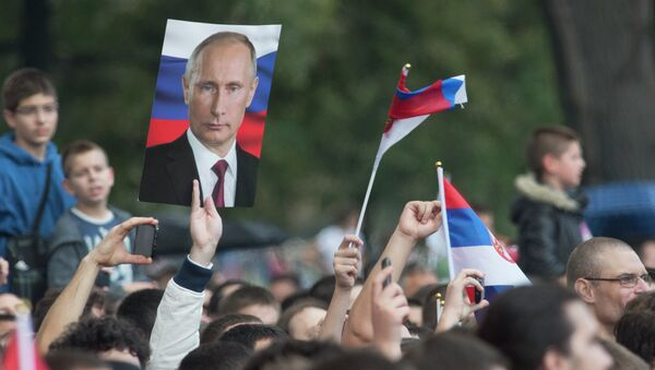 Residents of Belgrade with pictures of Vladimir Putin and Russian flags during Russian president's visit to Serbia on October 16, 2014. - Sputnik International