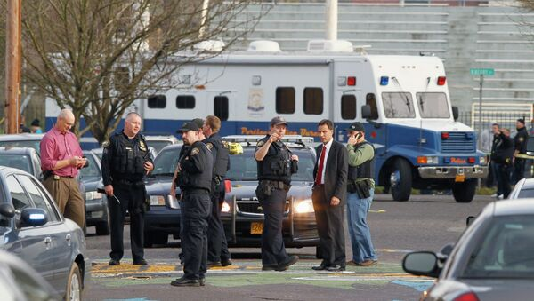 Police investigate outside the Rosemary Anderson High School in Portland, Oregon December 12 following a shooting outside the school which injured four students - Sputnik International
