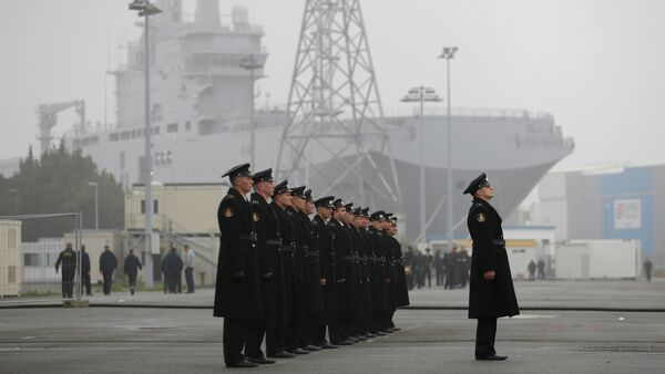 Russian sailors stand in formation in front of the Mistral-class helicopter carrier Vladivostok at the STX Les Chantiers de l'Atlantique shipyard site in Saint-Nazaire - Sputnik International