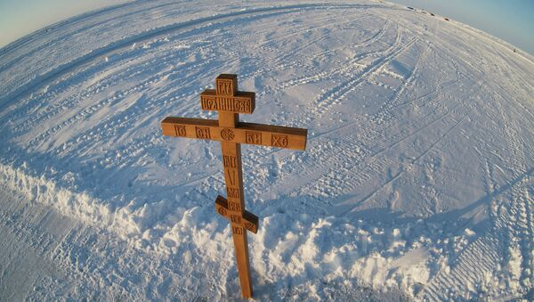 The cross installed by Russian traveler Fyodor Konyukhov at the drifting ice base Barneo in the Arctic. - Sputnik International