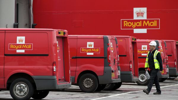 A post office worker walks by Royal Mail vans, at the London's latest sorting office Mount Pleasant - Sputnik International