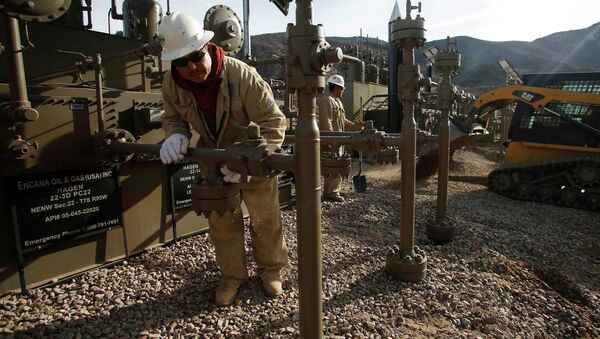 Workers put the final touches on a natural gas well platform owned by Encana south of Parachute, Colorado - Sputnik International