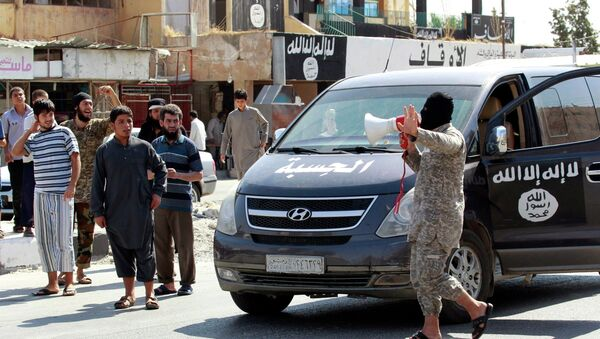 An Islamic State militant uses a loud-hailer to announce to residents of Taqba city that Tabqa air base has fallen to Islamic State militants, in nearby Raqqa city August 24, 2014. - Sputnik International