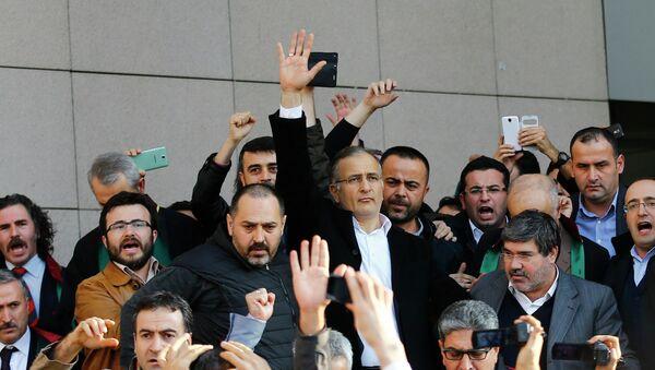Zaman editor-in-chief Ekrem Dumanli greets his supporters - Sputnik International