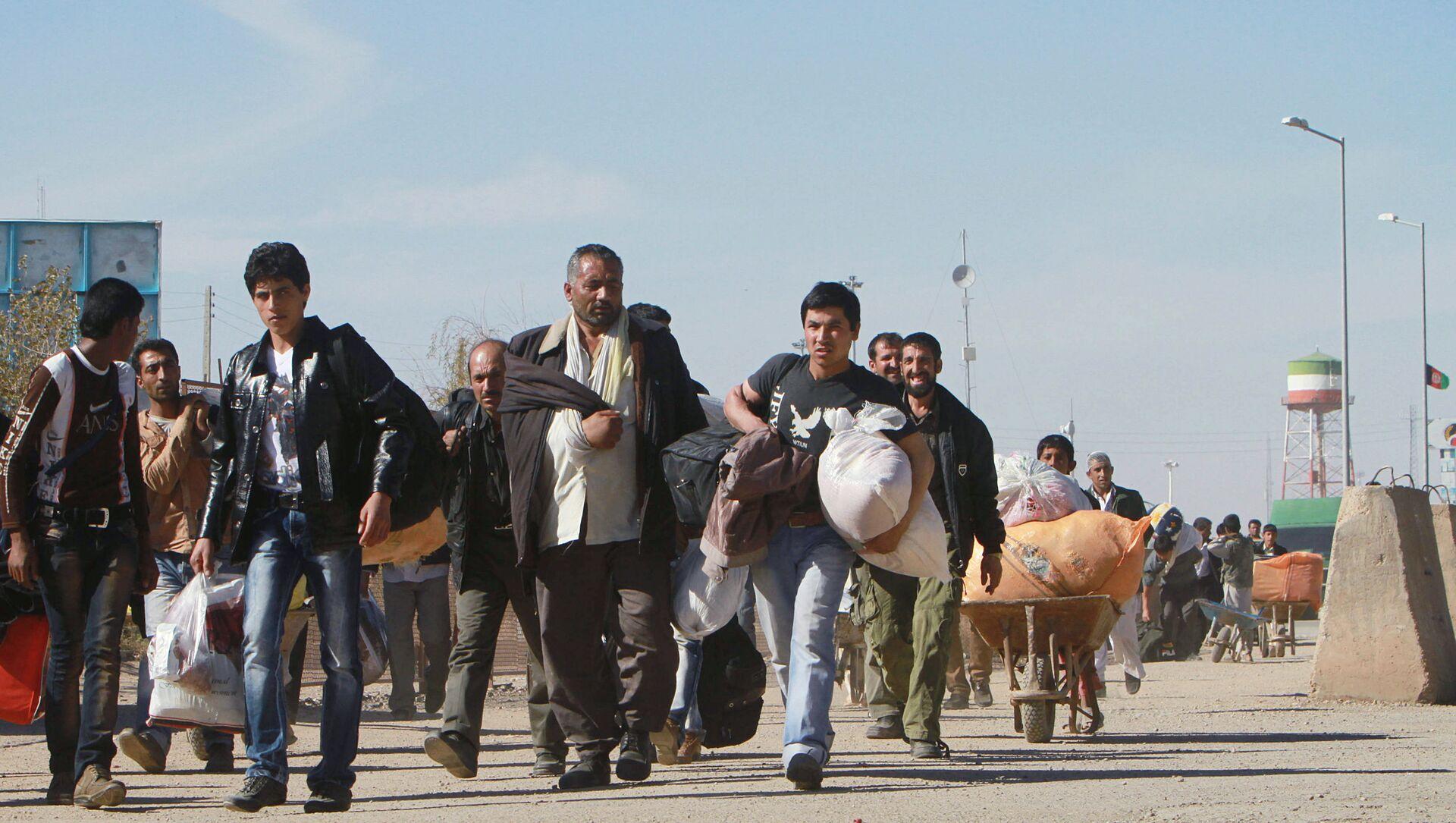 Afghan refugees enter Afghan territory after leaving Iran at the Islam Qala border crossing in Kohsan, Herat, west of Kabul, Afghanistan, Sunday, 11 November 2012. - Sputnik International, 1920, 20.08.2021
