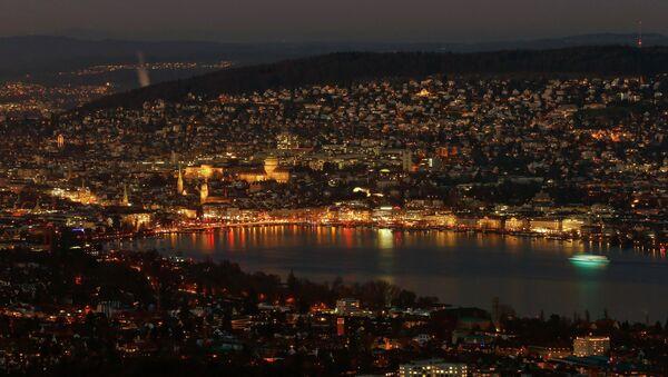 A night view shows the city of Zurich and Lake Zurich December 23, 2014 - Sputnik International