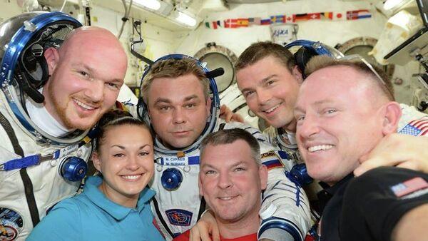 ESA astronaut Alexander Gerst, Roscosmos cosmonaut Elena Serov, Maxim Shur, Alexander Samokutyaev, NASA astronauts Reid Wiseman and Barry Wilmore (left to right) on board the ISS - Sputnik International