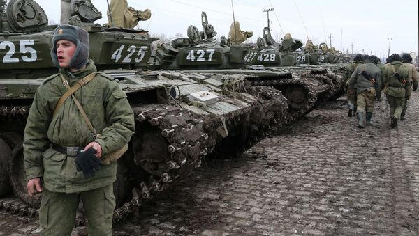 Soldiers of the separate tank battalion of the Baltic Fleet motorized infantry brigade, during loading of tanks on flatcars, for dislocation to the district selected for military exercises, in the city of Gusev, Kaliningrad Region. - Sputnik International
