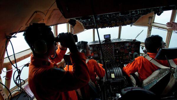 Airforce soldiers onboard a Hercules C130 stand monitor the Belitung Timur sea during search operations for AirAsia flight QZ8501 near Belitung island, December 29, 2014 - Sputnik International