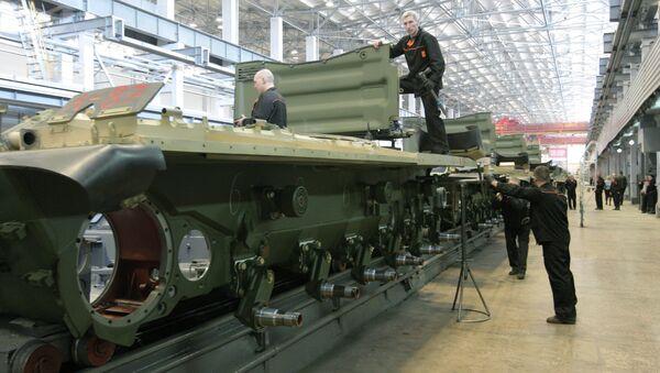 Workers of the JSC Uralvagonzavod assemble tanks on the production floor - Sputnik International